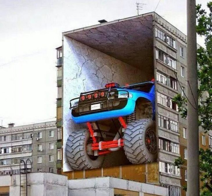 "Graffitti de un monster truck ""estacionado"" en un edificio"
