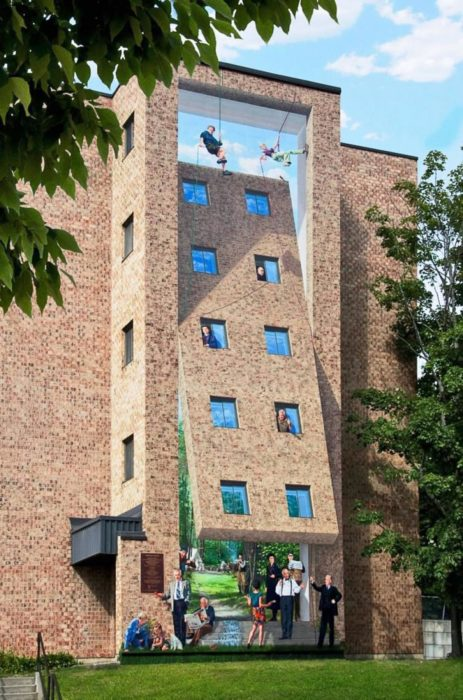 Graffitti de un edificio que se levanta y es el pasadizo a un jardín secreto