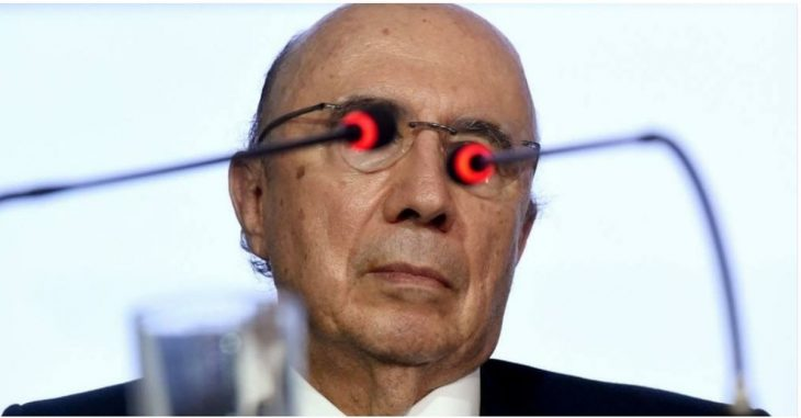 Ministro de Hacienda de Brasil, Henrique Meirelles, con micrófonos cubriendo sus ojos