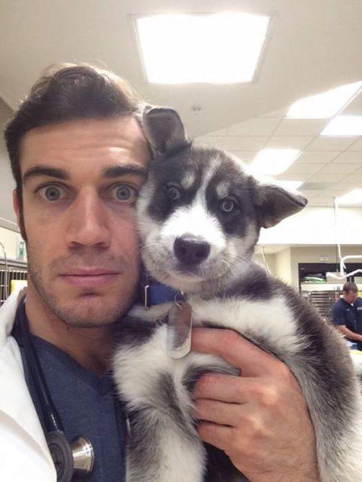 Veterinario con cachorro