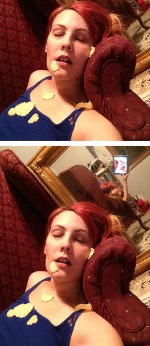 Fotos recortadas: En la imágen recortada se ve una mujer dormida con papas regadas sobre ella; en la foto completa se ve en un espejo que está tomándose la foto ella misma
