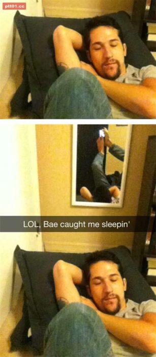 Fotos recortadas: En la foto recortada se ve un hombre dormido; en la completa se ve que se está tomando una selfie con sus pies