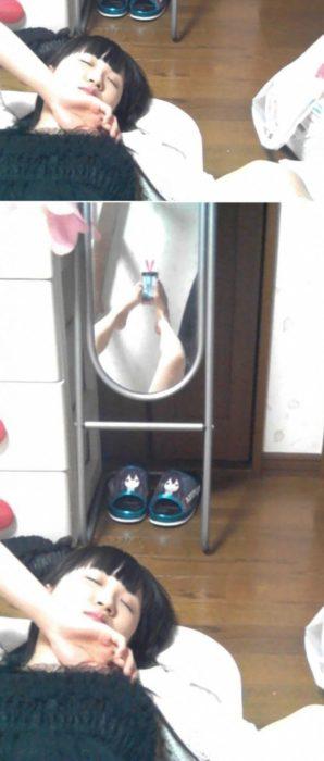 Fotos recortadas: En la foto recortada se ve una mujer dormida, en la otra se ve que se está tomando una selfie con los pies