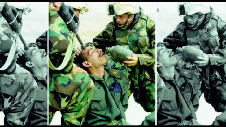 Fotos recortadas: Una foto de un soldado dándole agua a otro herido; en la foto completa otro soldado está apuntándole a la cabeza con un rifle