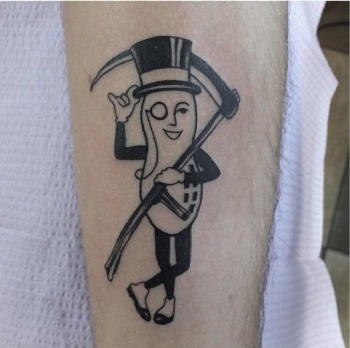 Tatuaje de un cacahuate vestido como la muerte