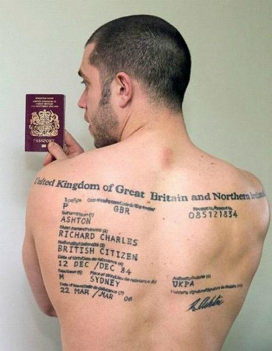 Hombre con todos los datos de su pasaporte tatuados en la espalda