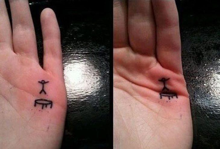 Tatuaje en la mano que se ve un muñequito que salta en una cama elástica
