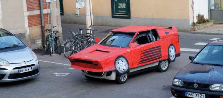automóvil con disfráz de automovil deportivo