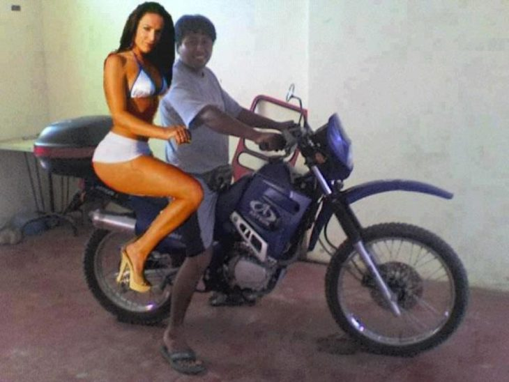 Pareja en moto photoshop fail