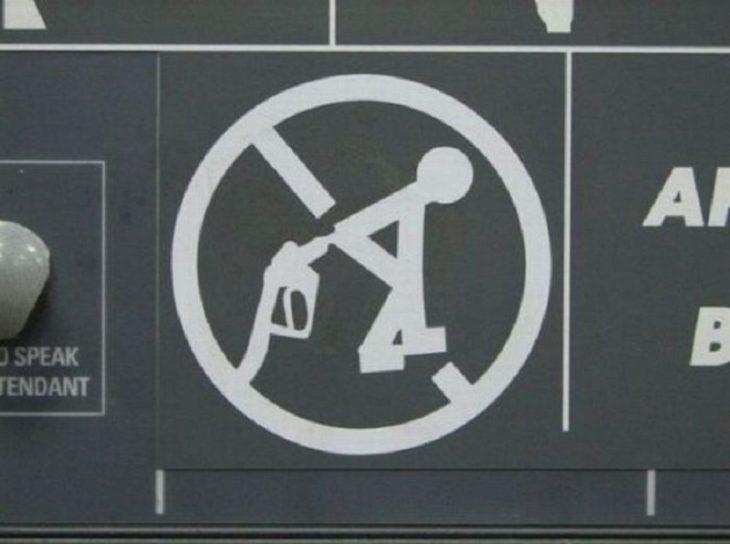Letrero extraño en una estación de gasolina