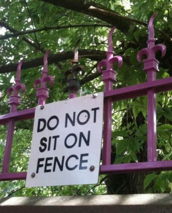 Letrero que dice que no se sienten en la reja y la reja tiene bordes picudos