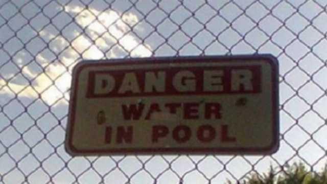 Señalamiento que advierte que hay agua en la alberca