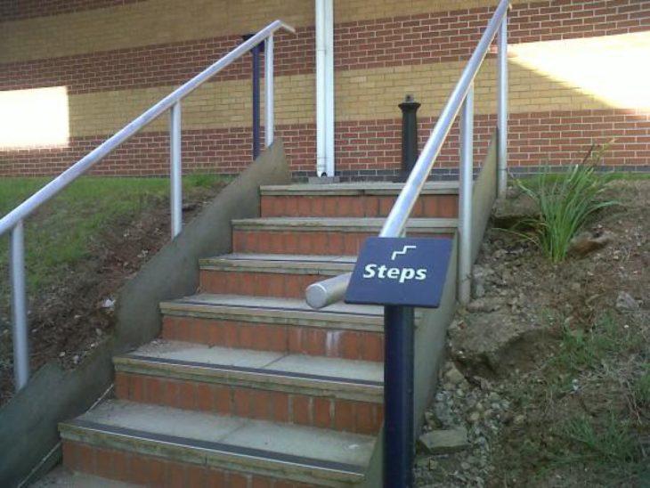 Letrero que dice escaleras al lado de unas escaleras