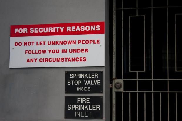 Señal de advertencia de no dejar que personas desconocidas te sigan