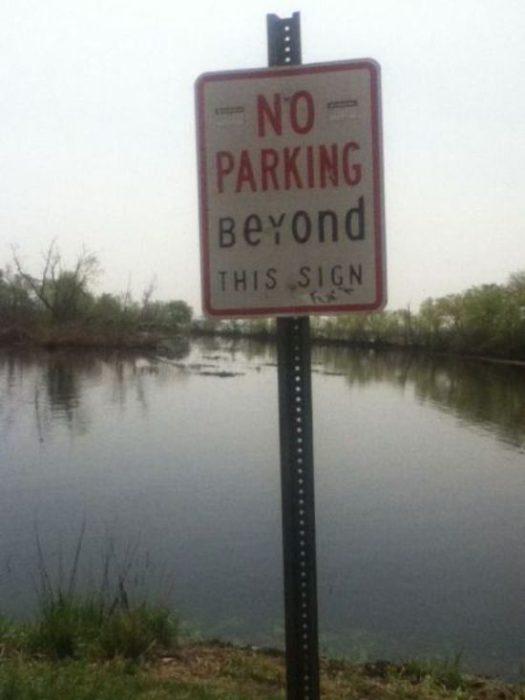 Letrero que dice que no se estacionen en el lago