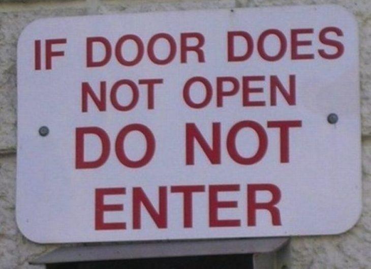 Letrero que advierte que si la puerta está cerrada no deben entrar