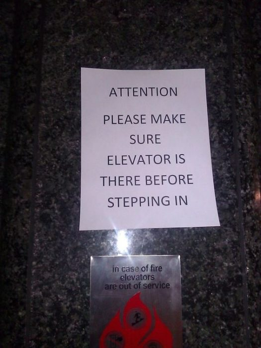 Letrero afuera de un elevador queadvierte a las personas que si el elevador no está ahí no suban