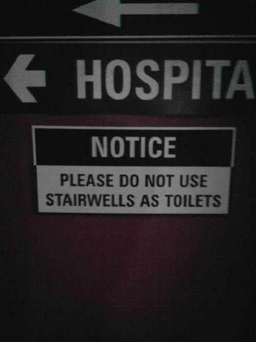 Letrero en un hospital que dice que las escaleras no son baños