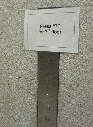 Letrero en el elevador que explica cómo se usa