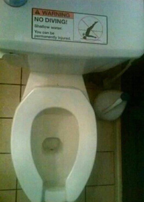 Advertencia en el retrete que dice que no se deben hacer clavados