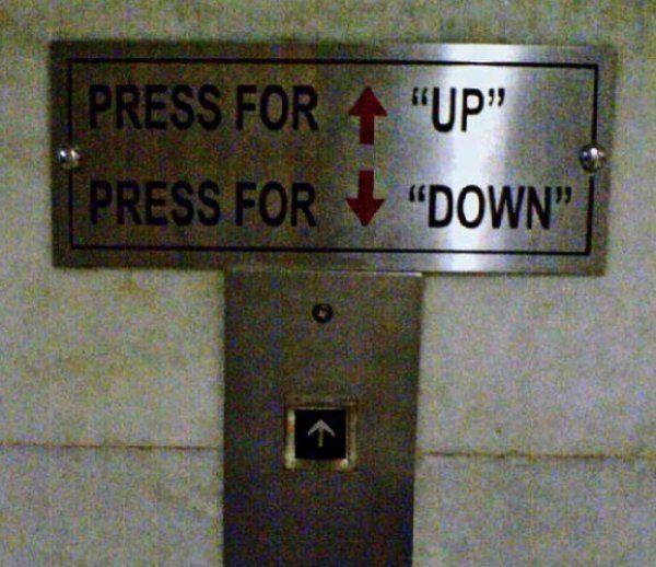 Letrero en un elevador que dice que tienes que presionar el botón hacia arriba para ir arriba y el botón para abajo para ir abajo