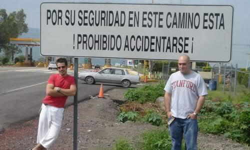 Letrero que dice: por su seguridad, en este camino está prohibido accidentarse