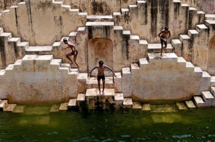 niños en chand baori