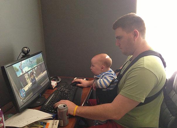 padre e hijo bebé enfrente de una computadora, jugando