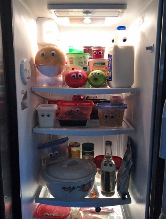 Interior de refrigerador con ojos