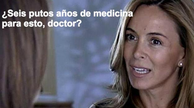 mujer cuestionando a médico