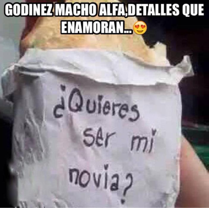 torta con servilleta que dice ¿Quieres ser mi novia?