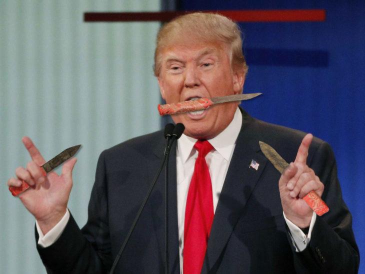 mono con cuchillos