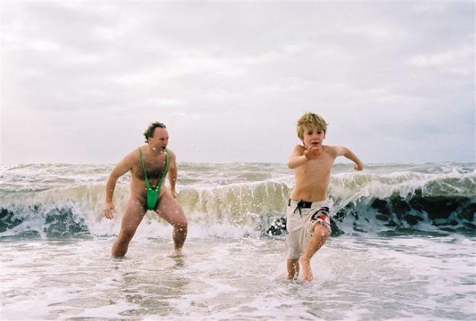 niño y hombre en playa