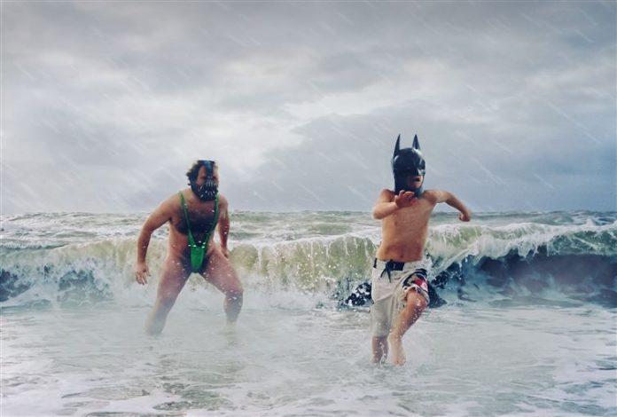 batman y villano en la playa, fotomontado de niño y hombre