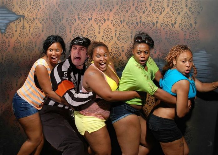 hombre bailando con mujeres de color, fotomontaje