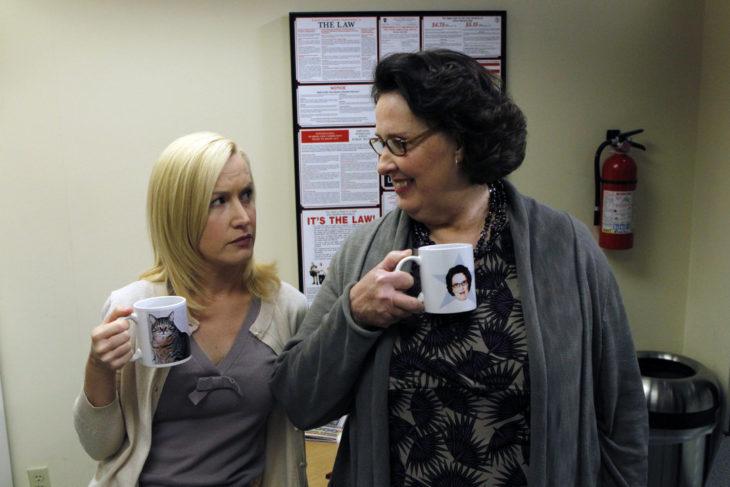 the office compañeras de trabajo con tazas