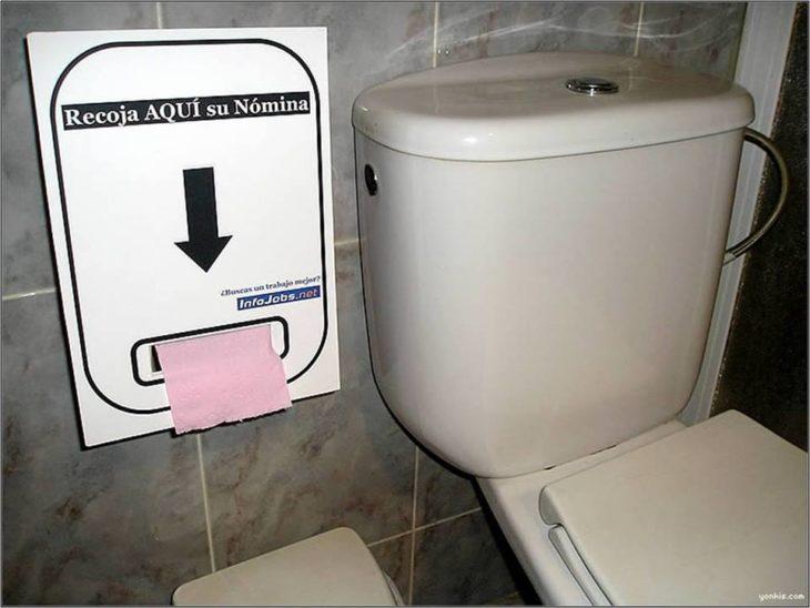 baño con impresora de nómina al lado