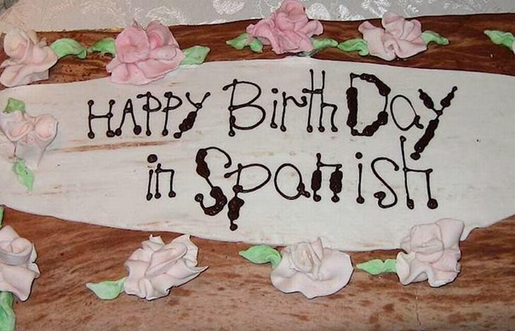 Pastel desastroso. pastel que dice feliz cumpleaños en español