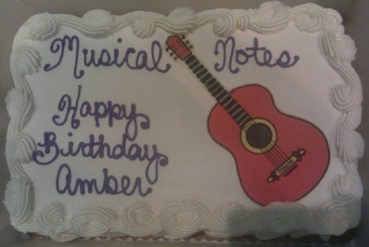 Pastel desastroso. pastel con una guitarra y dice notas musicales