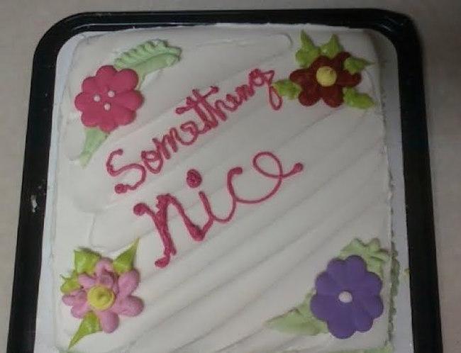 Pastel desastroso. algo lindo escrito en el pastel
