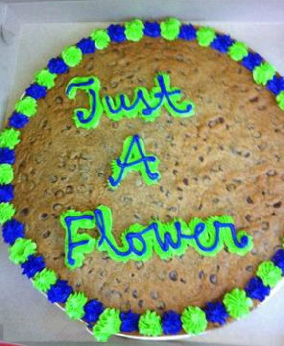 Pastel desastroso. Solo una flor escrito en el pastel