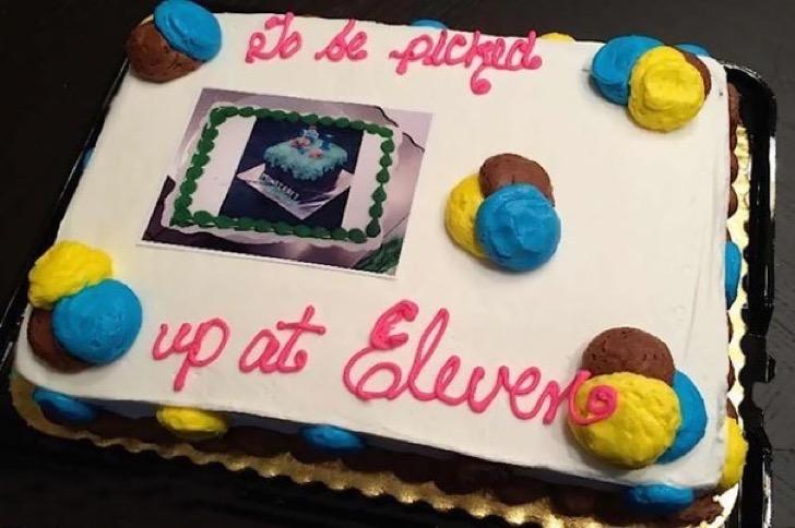 Pastel desastroso. pastel que dice que será entregado a las 11