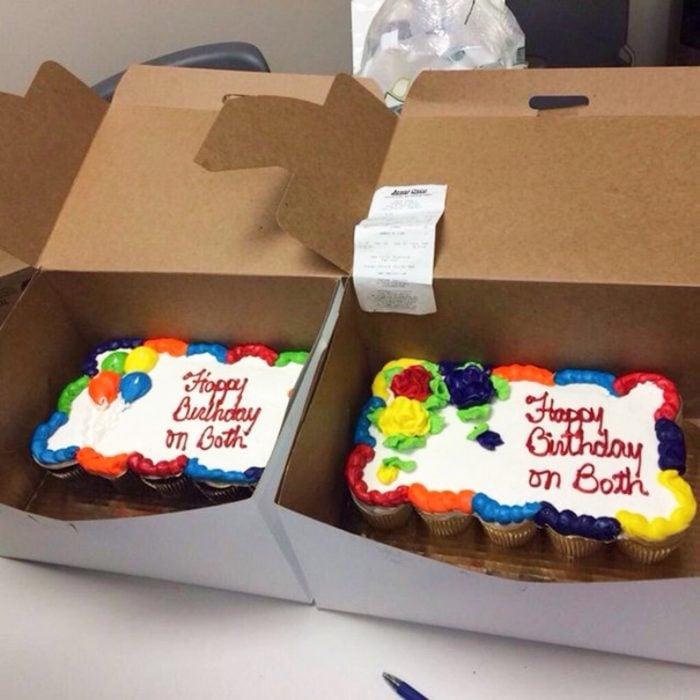 Pastel desastroso. Dos pasteles de cumpleaños que dicen: feliz cumpleaños en los dos