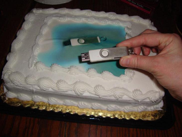 Pastel desastroso. pastel con la imagen de un usb