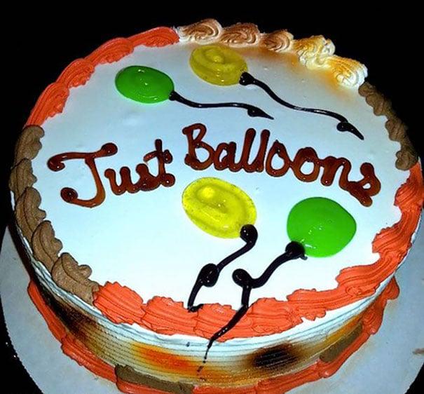 Pastel desastroso. Pastel de cumpleaños con globos y dice solo globos
