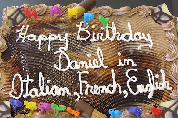 Pastel desastroso. Feliz cumpleaños Daniel en italiano, francés e inglés