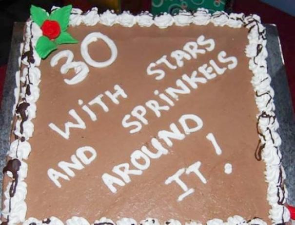 Pastel desastroso. Pastel con el número 30 con estrellas