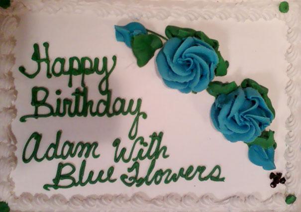 Pastel desastroso. pastel de cumpleaños con las palabras con flores azules escritas