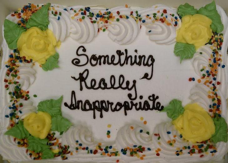 Pastel desastroso. pastel de cumpleaños que dice algo realmente inapropiado