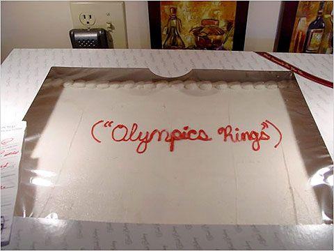 Pastel desastroso. pastel de cumpleaños que dice aros olímpicos